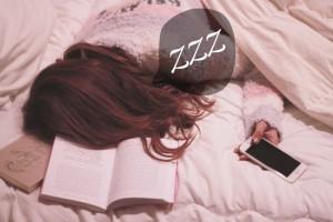 スマホを持ったまま勉強中に寝てしまった女の子